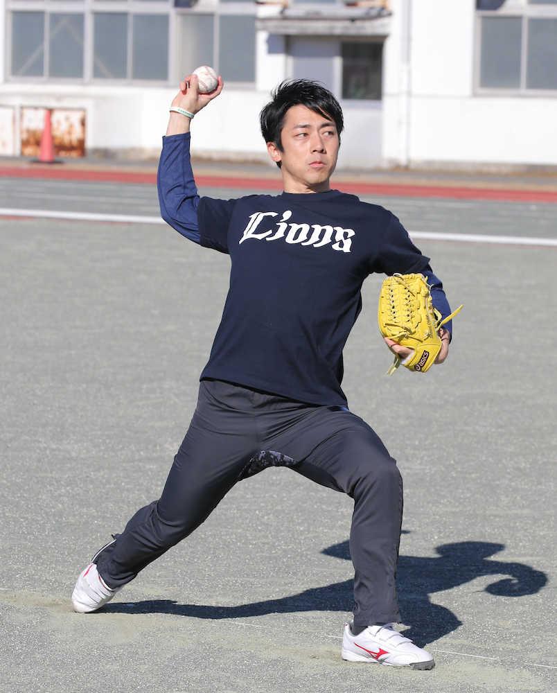 ボールを投げる小泉進次郎