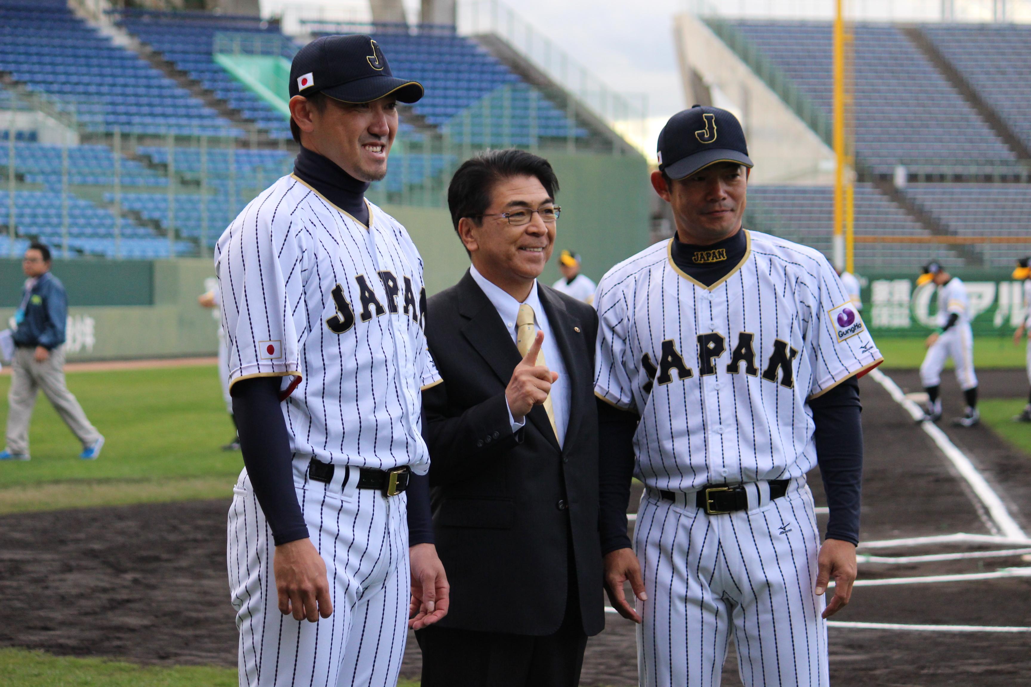 開会式に仁志敏久侍ジャパンU-12代表監督とともにサプライズゲストとして出席した内川選手