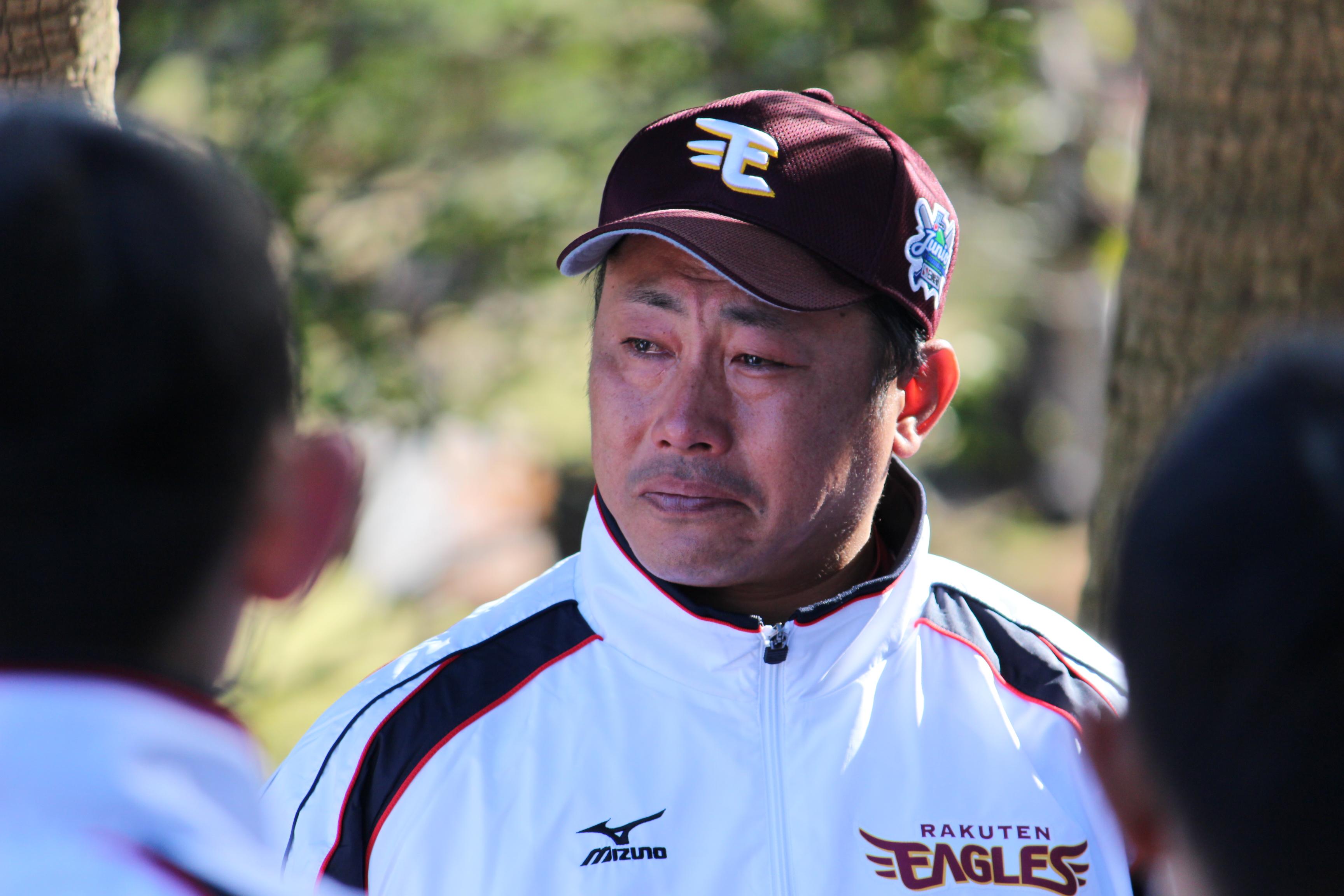 予選リーグ2試合を終え、選手たちの前で涙を流す山崎監督(イーグルスジュニア)