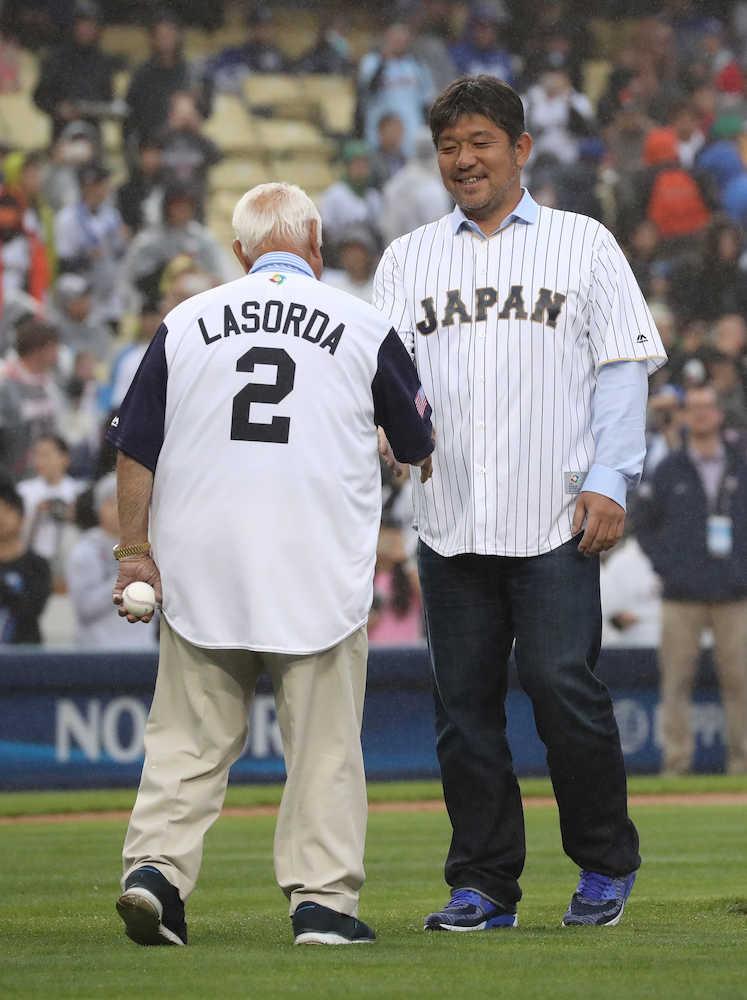 ラソーダ氏から野茂氏に始球式ボール 万雷の拍手注がれる 侍ジャパン
