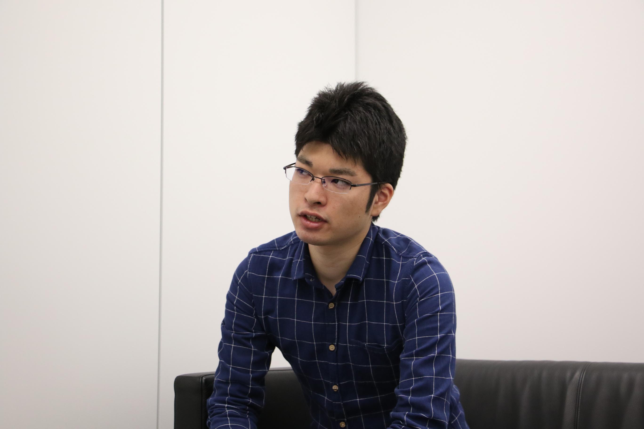 インタビューを受けている佐藤優太さん