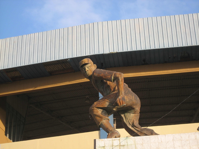 故郷アグアディージャの球場前に立つプエルトリカンリーグ最多の1206安打を記録したルイス・マルケスの像