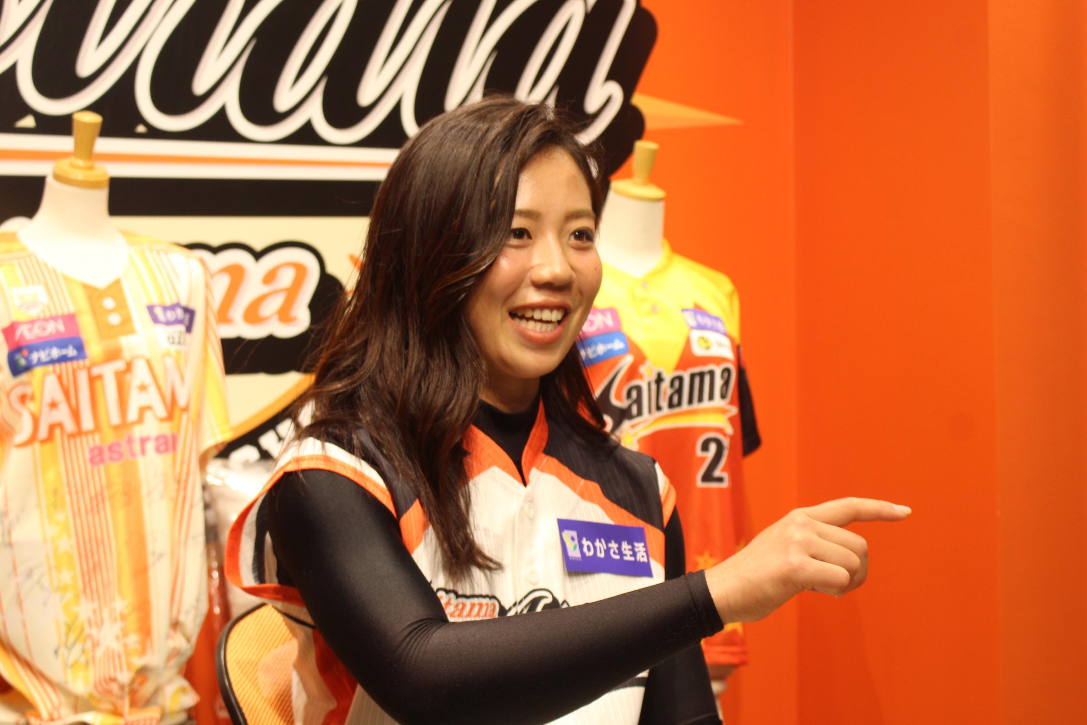 時にはジェスチャーも交えながらインタビューに答える埼玉アストライア・奥村奈未選手の画像