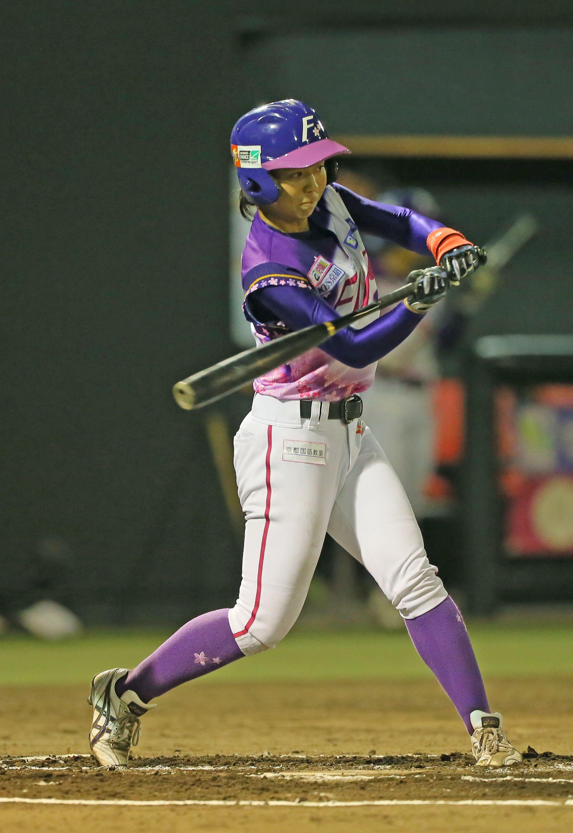 バットを振る奥村選手の画像