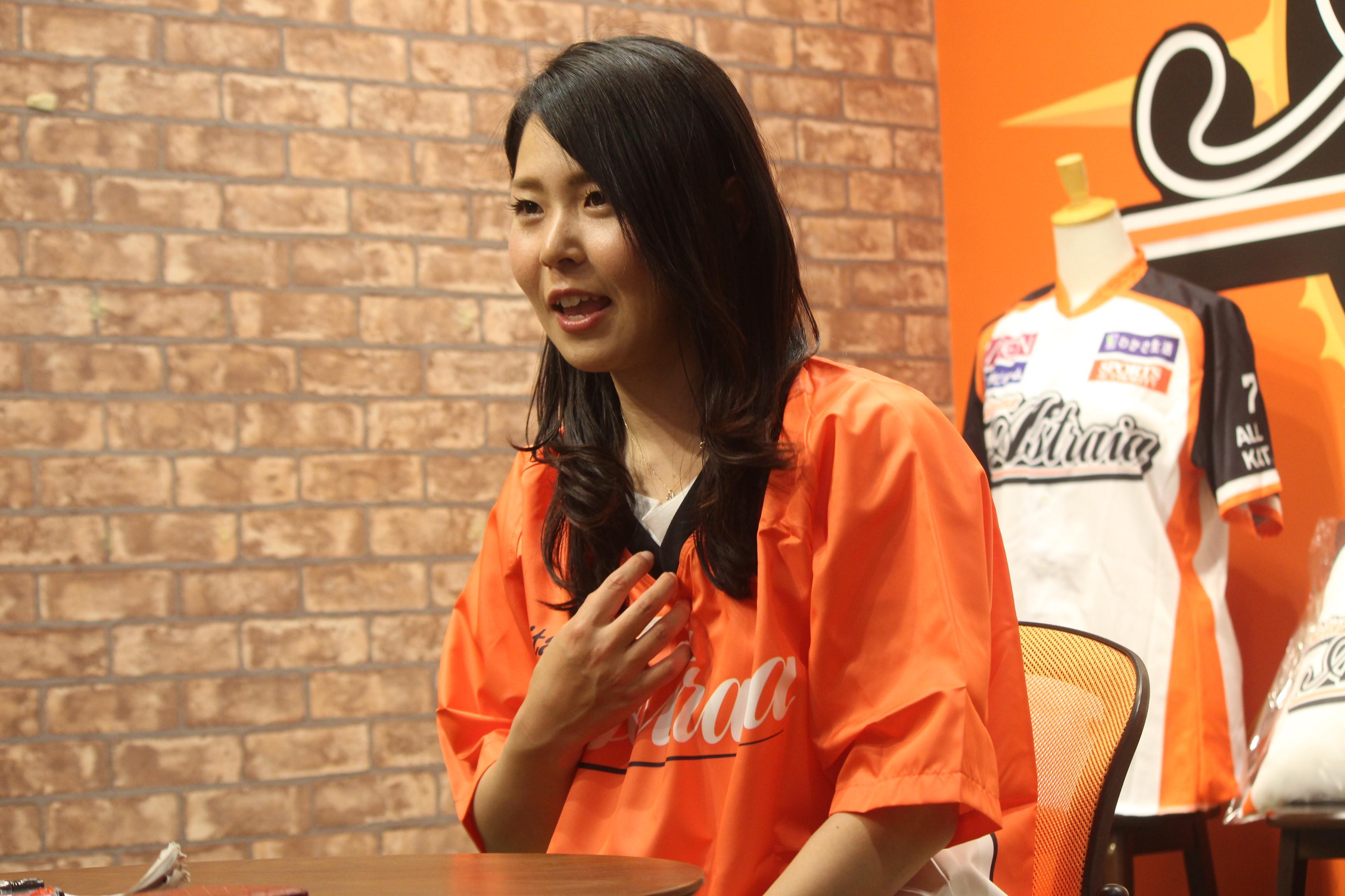磯崎 由加里 (いそざき ゆかり、1991年7月26日 - ) は、日本の女子プロ野球選手。2019年時点で、埼玉アストライアに所属している。愛称 (ニックネーム) は「いっそ~」がインタビューに答えている写真