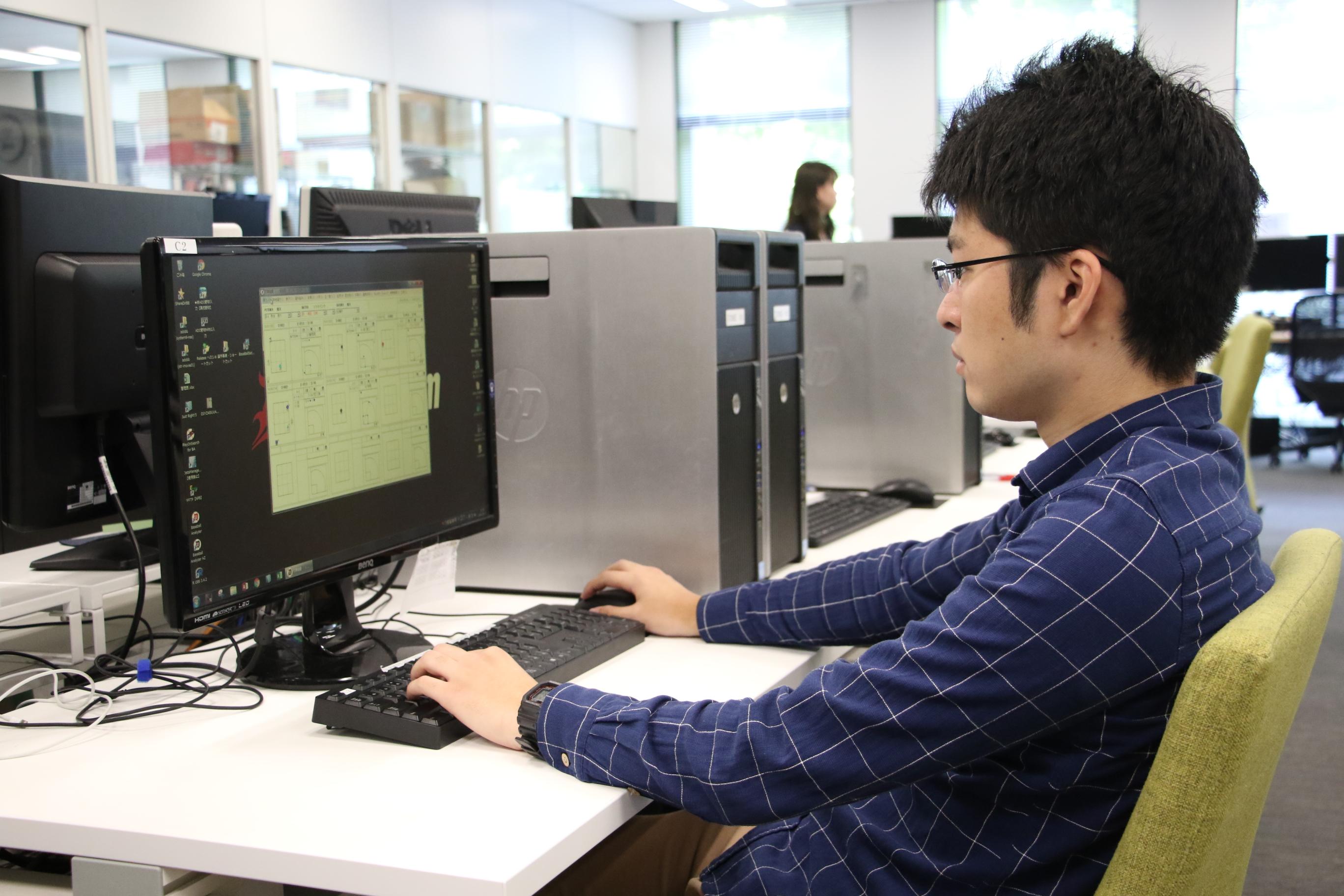 佐藤優太(さとう・ゆうた)さん野球のデータを分析している画像