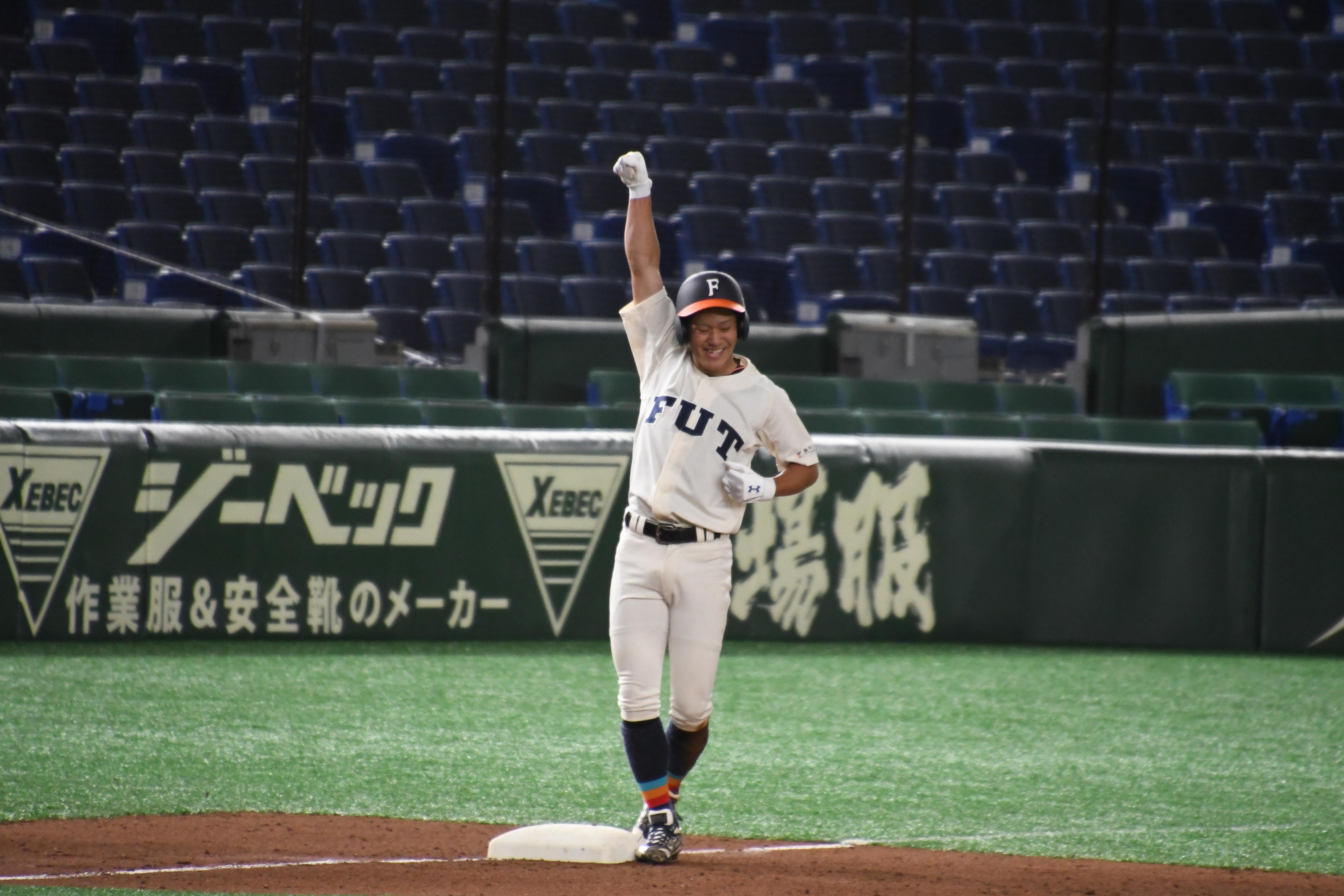 3回にタイムリーを放った成澤圭祐は三塁ベース上でガッツポーズ