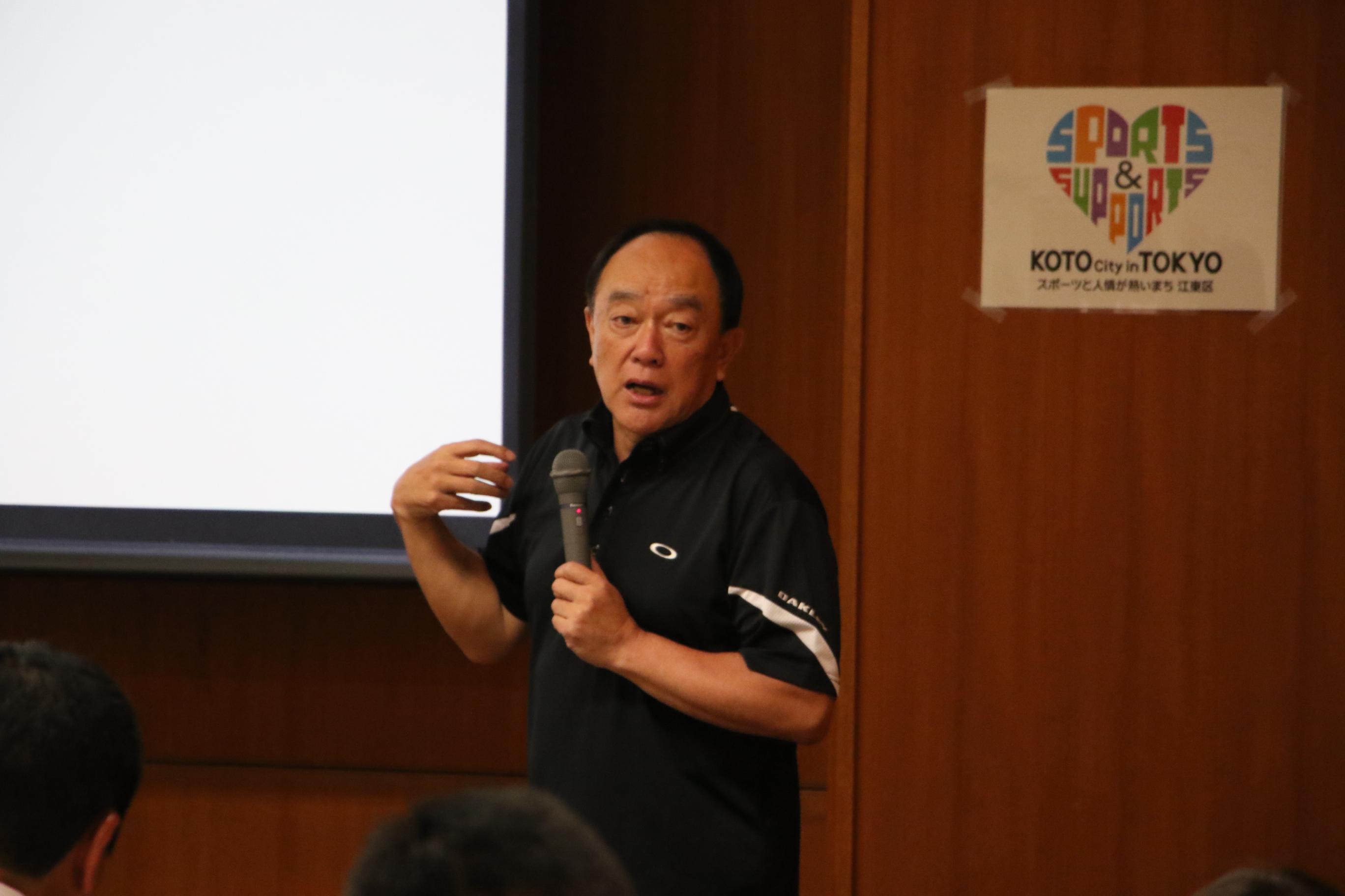 国際コーチ連盟プロフェッショナルコーチ資格を持つ清水隆一さんが講演を行っている所