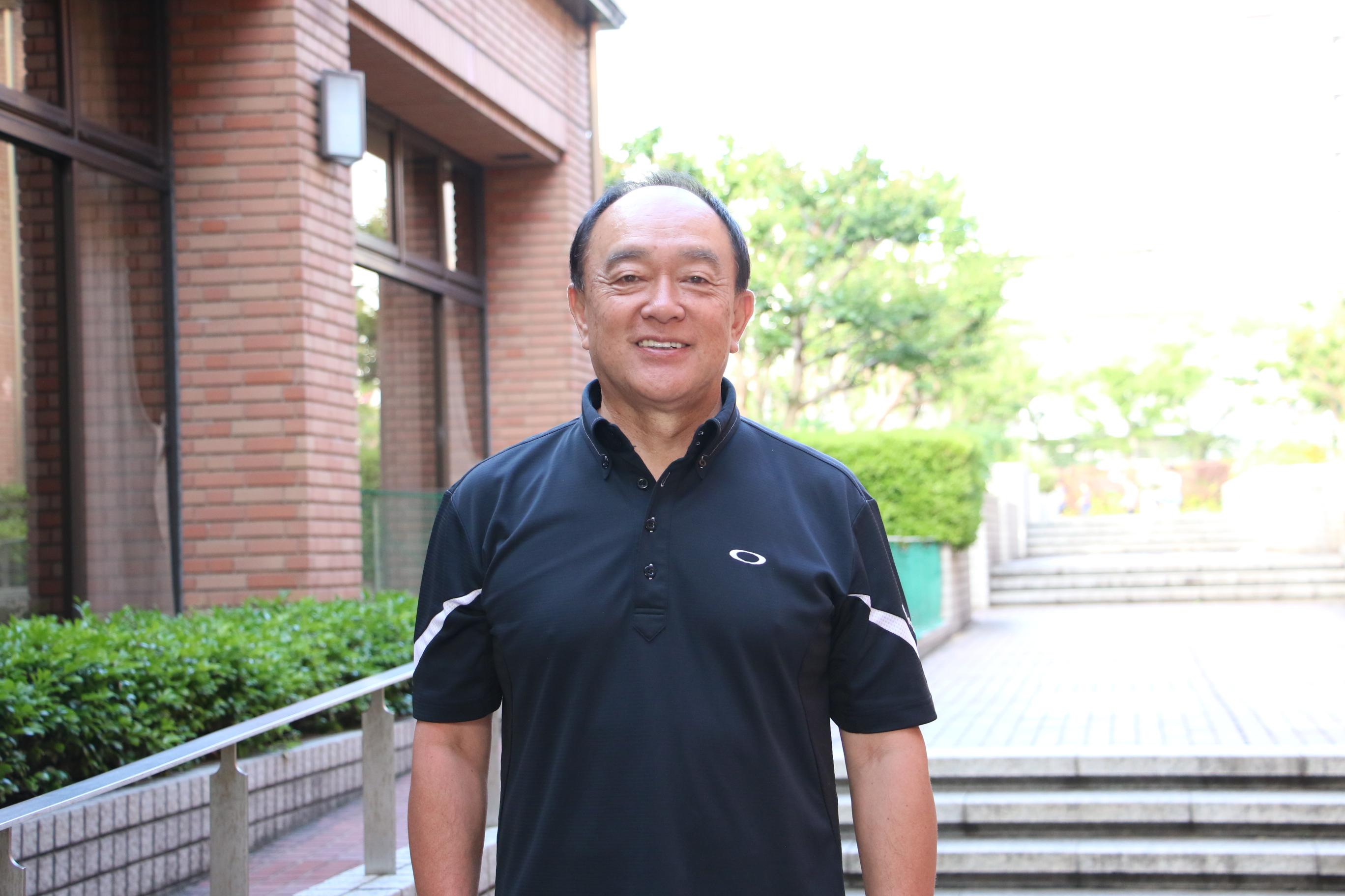 国際コーチ連盟プロフェッショナルコーチ資格を持つ清水隆一さんが笑顔で正面を向いている