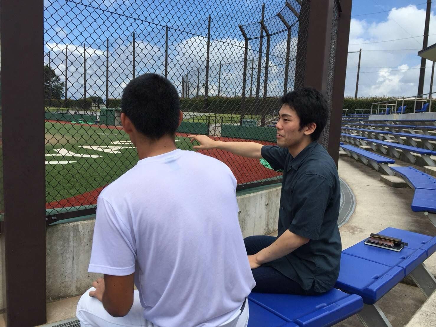 『イップス研究家』として活動する谷口智哉氏が、球場で話をしている所