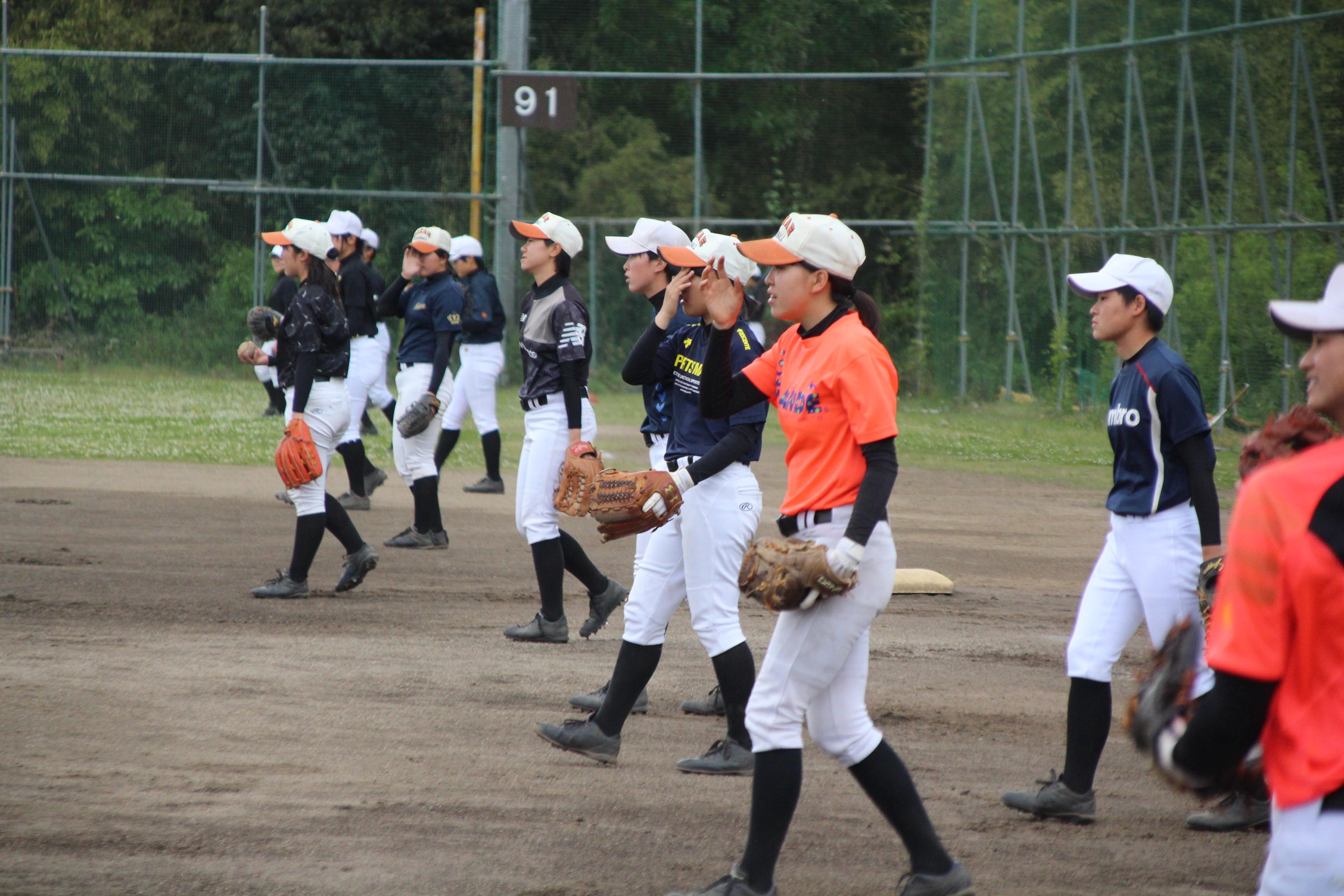 キャッチボールを行う埼玉栄女子野球部の選手たち
