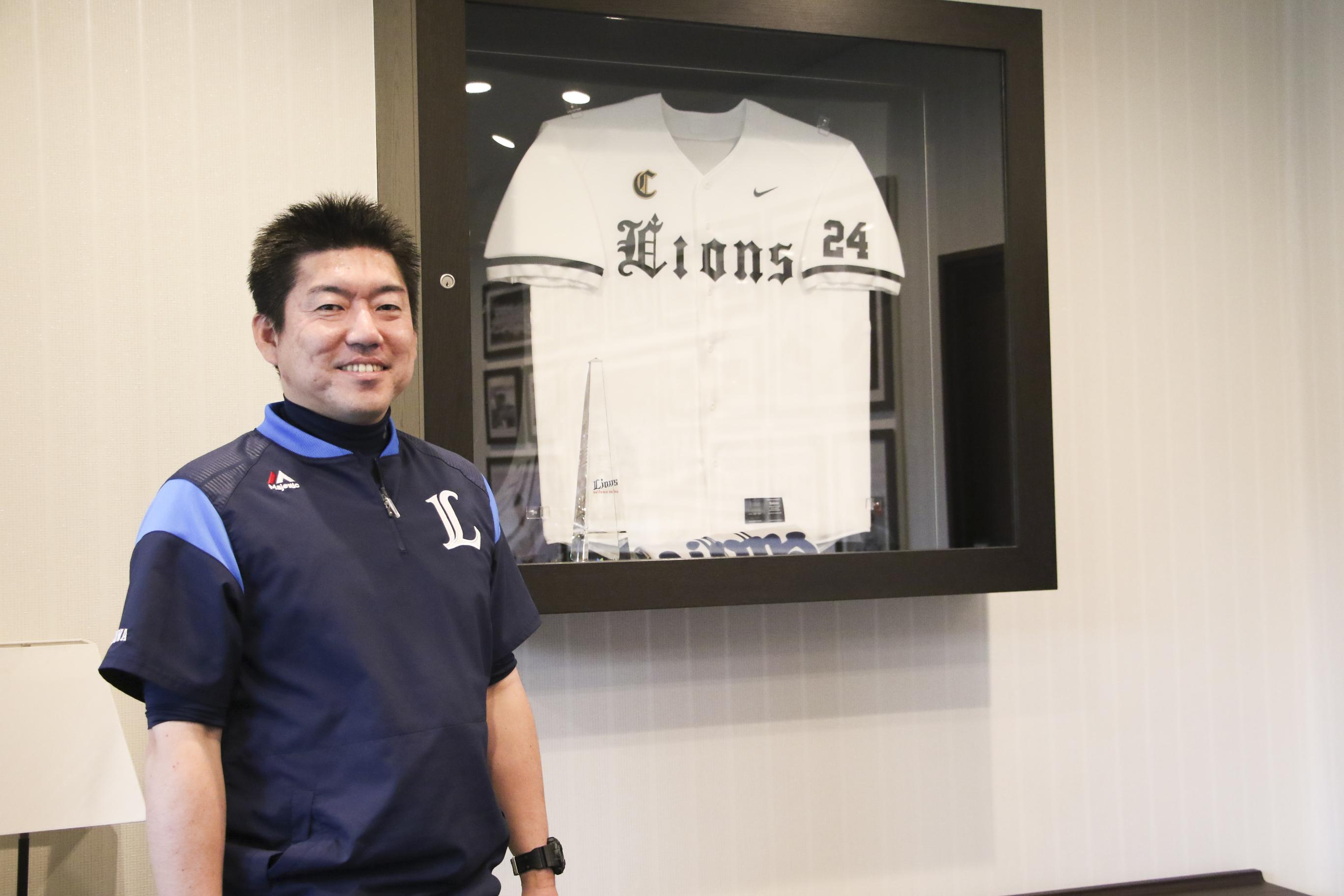埼玉西武ライオンズのスコアラーとして活躍する若桑誠さんが笑顔で正面を向いているところ