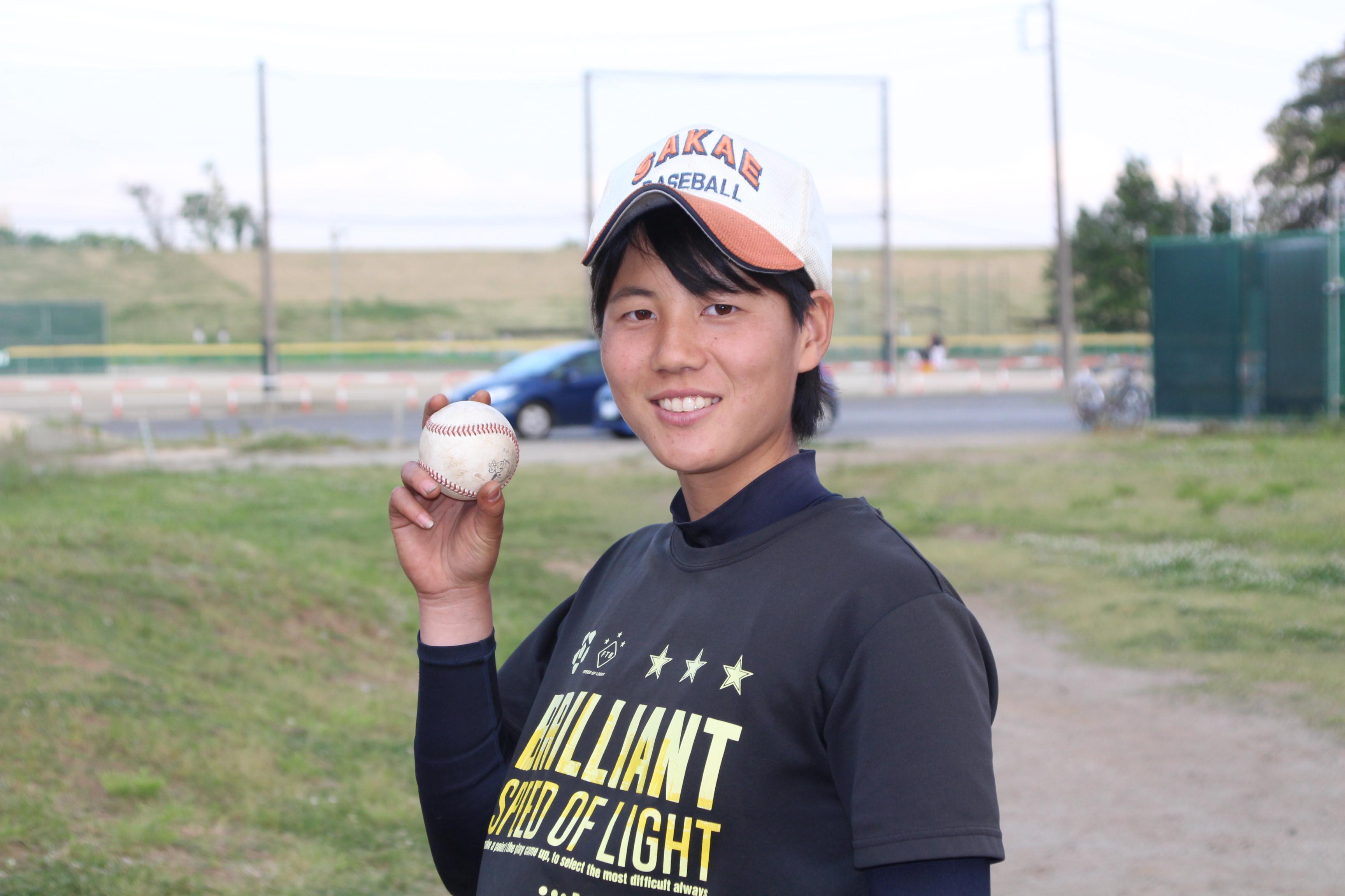 ボールを片手に笑顔を見せる石垣麻弥乃選手