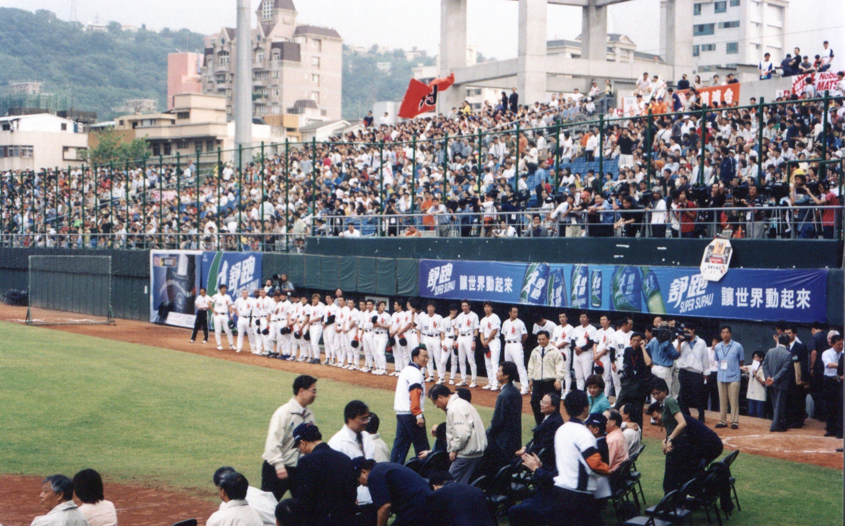 日台間の野球を通じた交流は盛んに行われている。2002年には、戦後初の国外公式戦となるダイエー対オリックス戦が台北の天母球場で行われた。