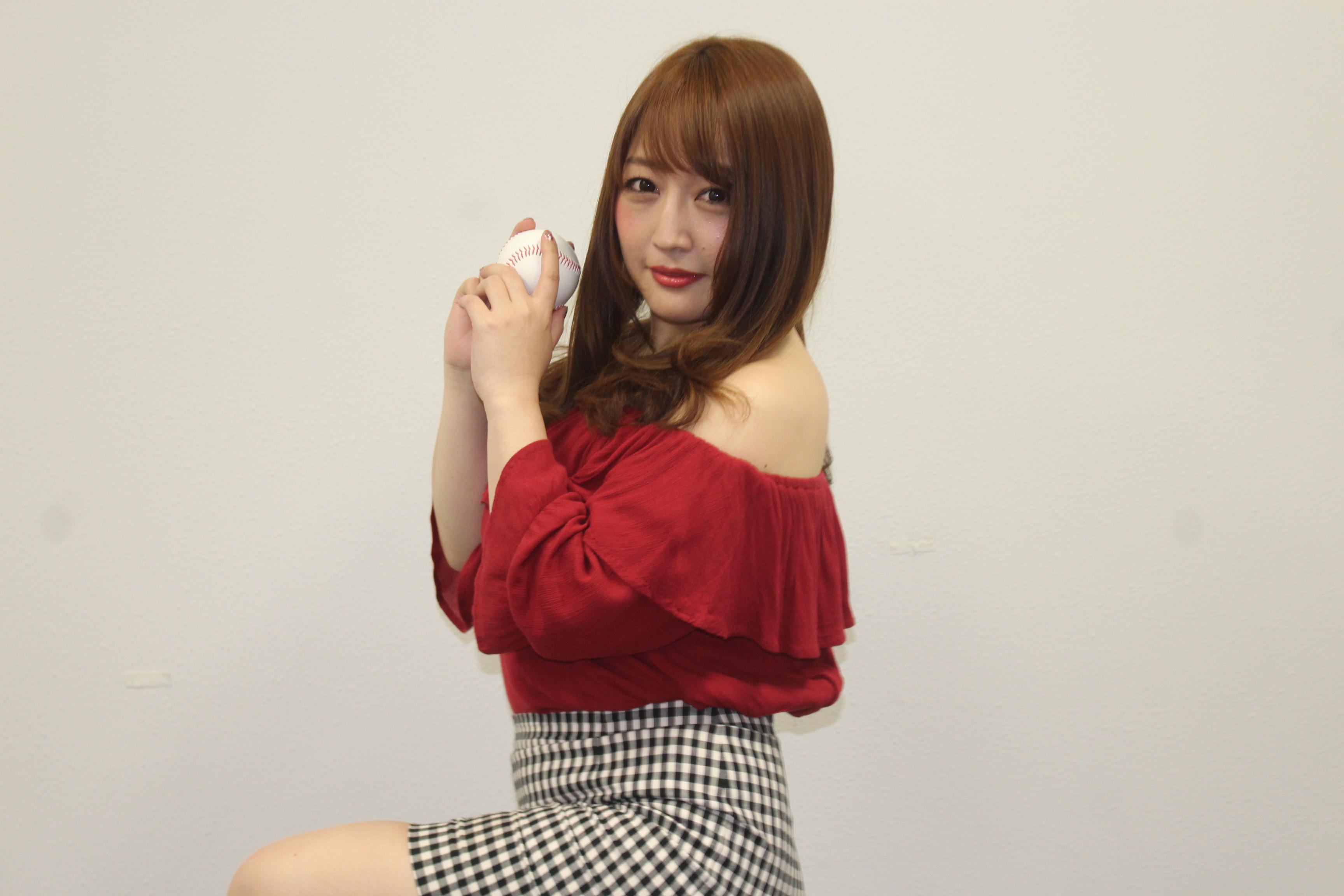 ボールをもってポーズをとる橋元優奈さん