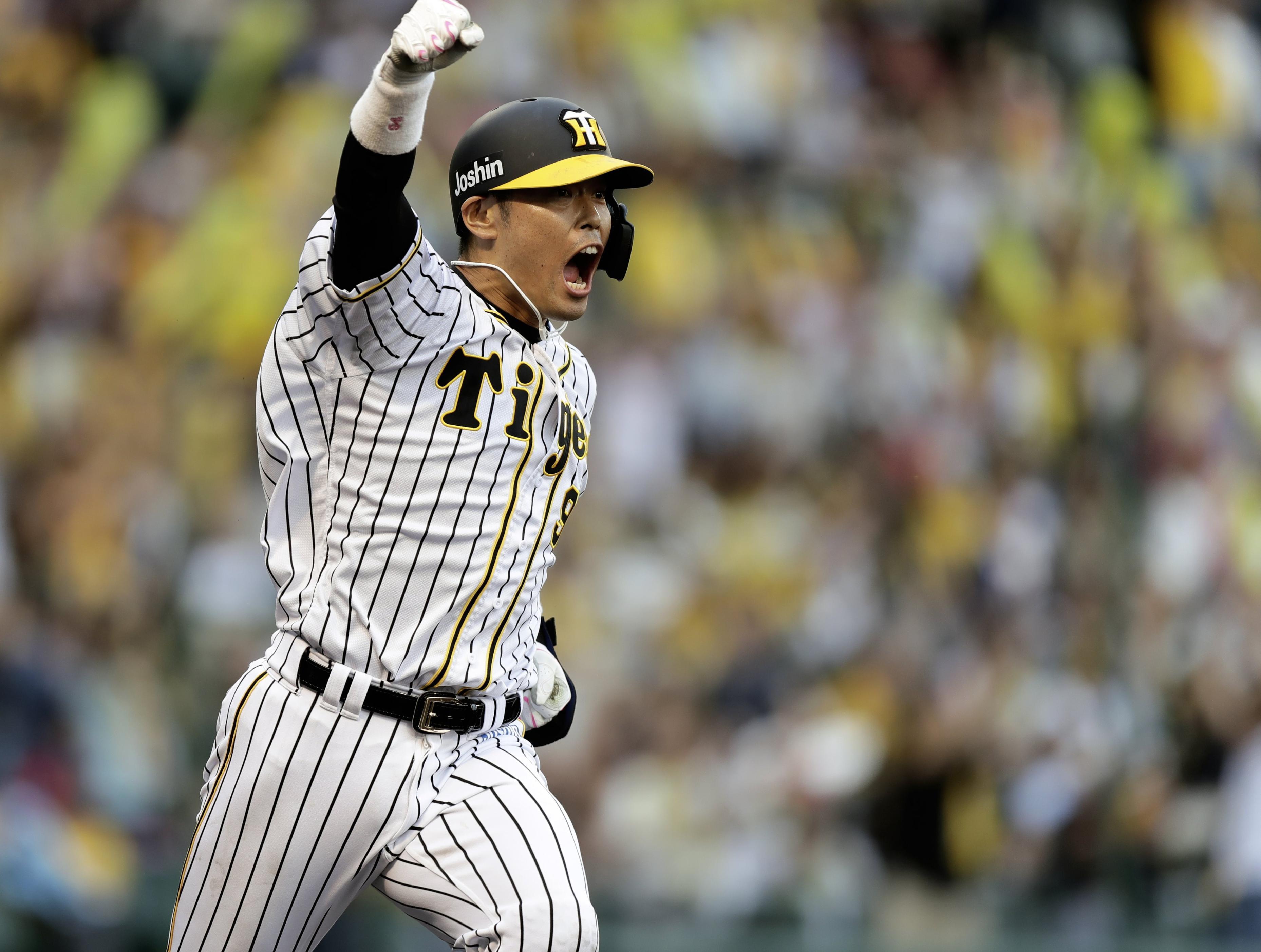  阪神―日本ハム3  9回阪神2死二、三塁、代打原口が中前にサヨナラ打を放ちガッツポーズ=甲子園