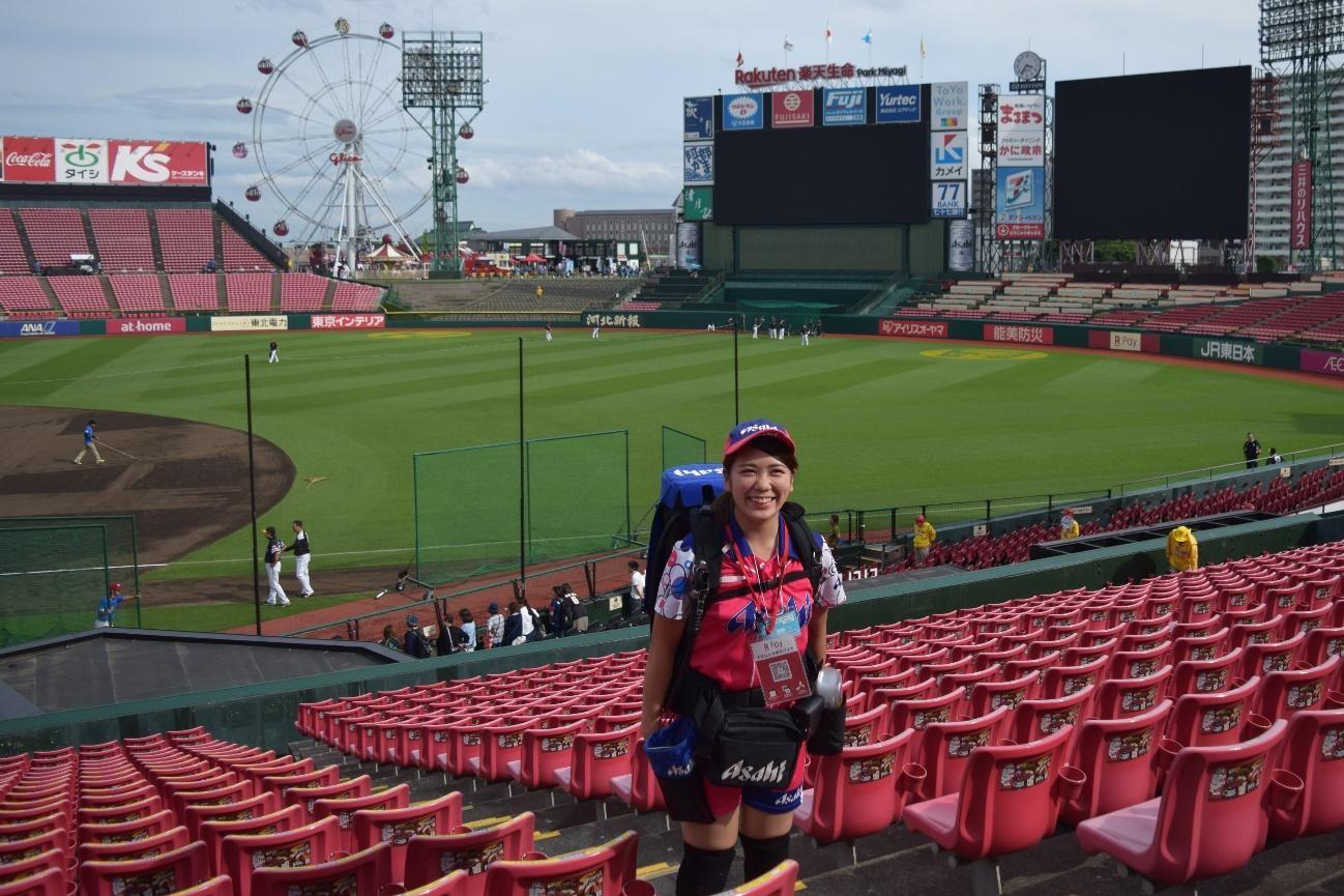 スタジアムを背に笑顔を見せる高橋陽菜さん