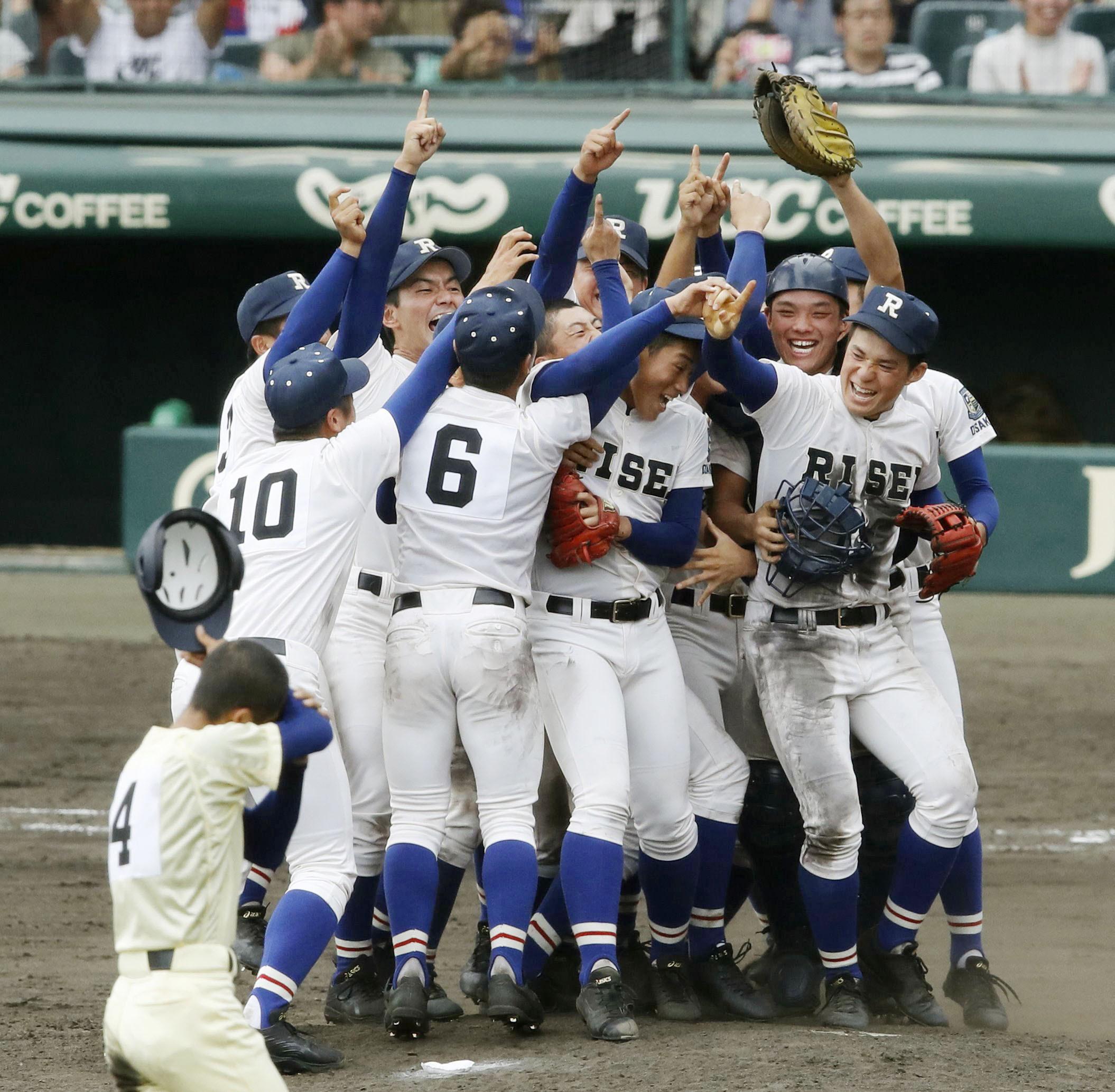 大阪の履正社が初優勝星稜を下して初優勝し、よろこぶ履正社ナイン=甲子園