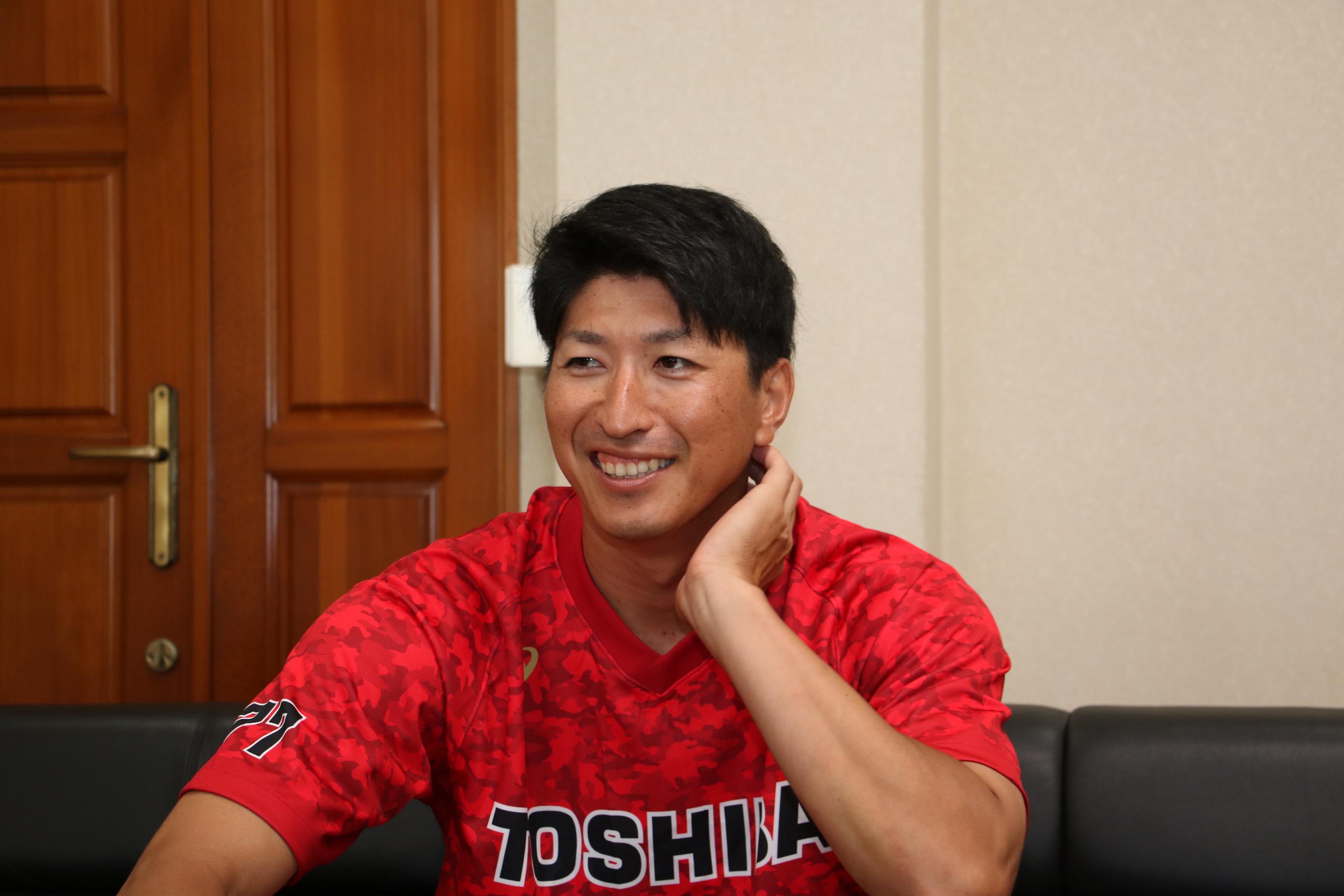 古巣の東芝野球部でコーチに就任した新垣勇人さんがインタビューを受けている写真
