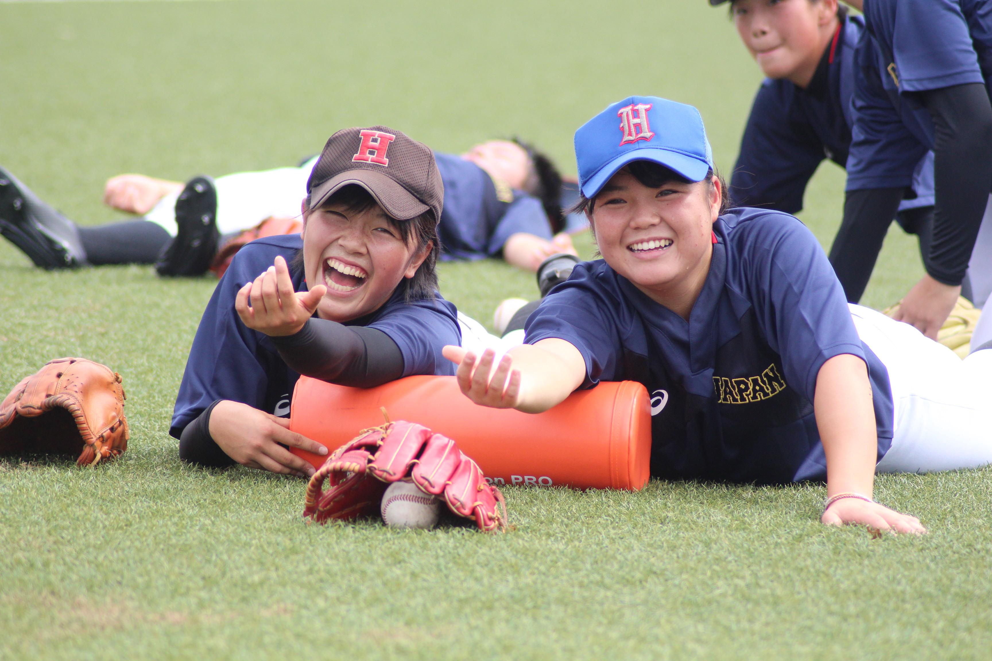 ストレッチ中に笑顔を見せる時田怜奈投手
