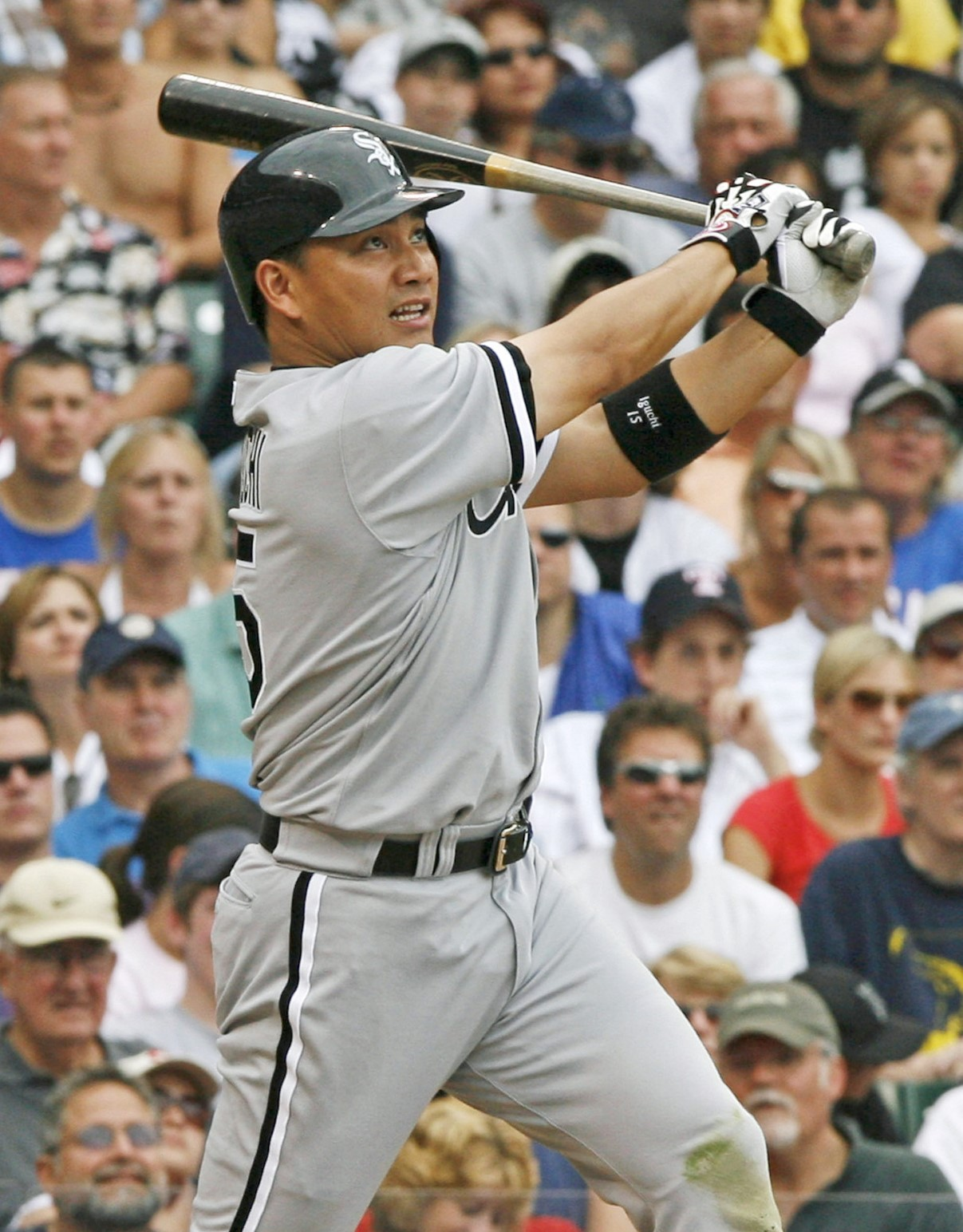 井口、9号含む2安打 カブス戦の8回、右越えに本塁打を放つホワイトソックスの井口=リグリー・フィールド