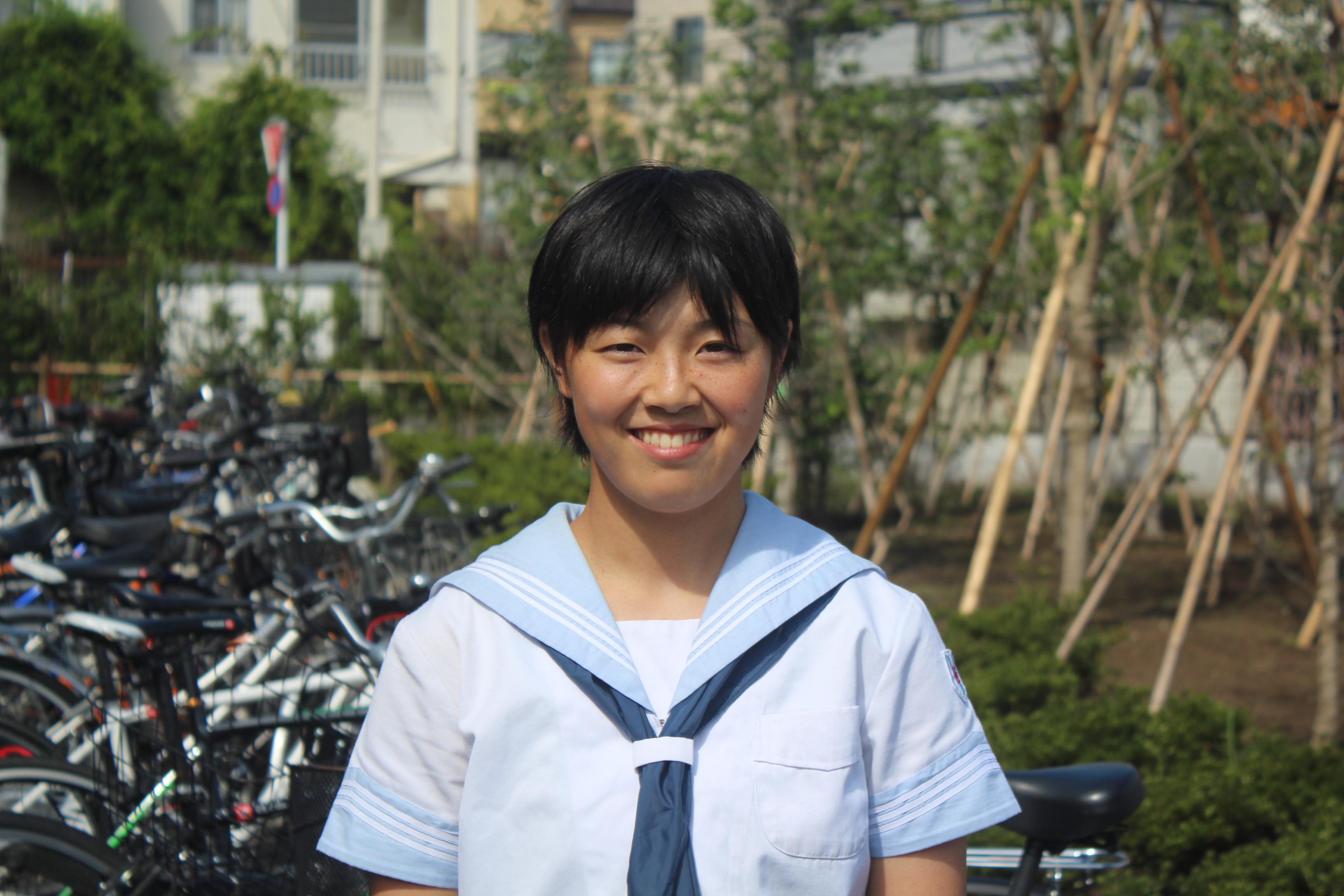 制服姿で笑顔の時田怜奈投手