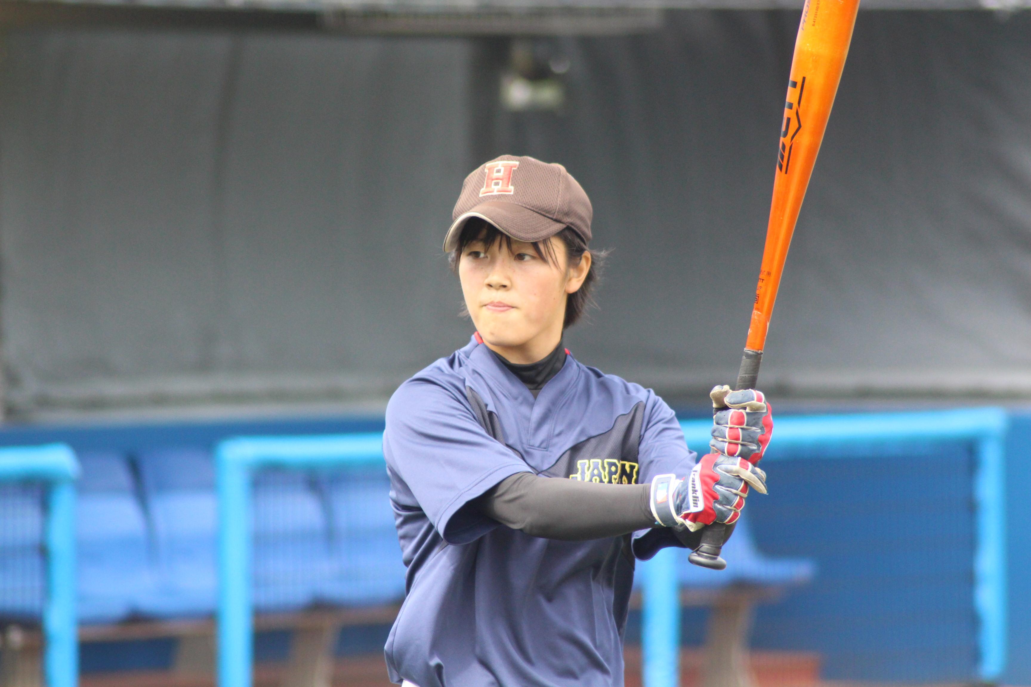 打撃練習中の時田怜奈投手