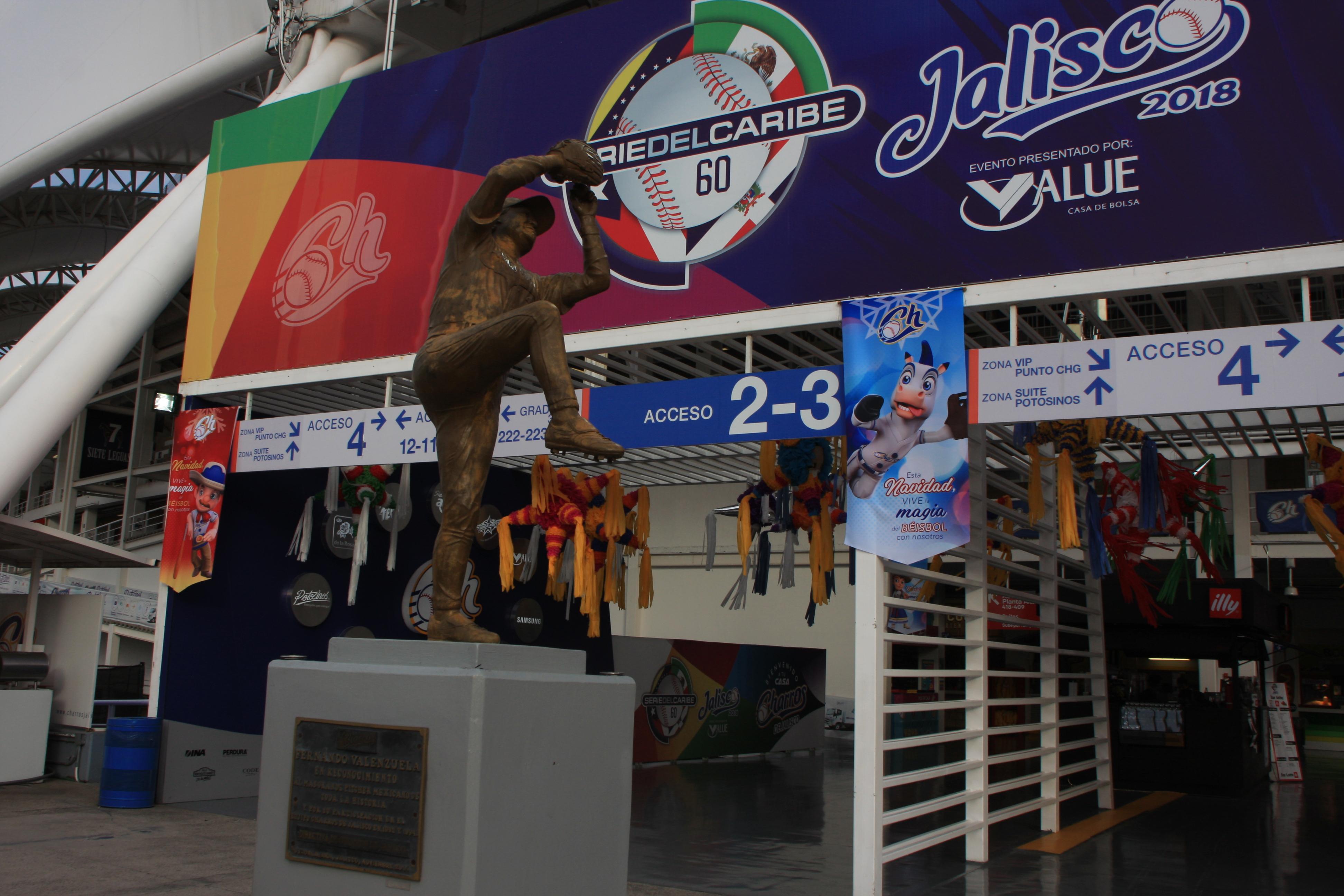 スタンド入り口にはメキシコの英雄、フェルナンド・バレンズエラの像が建っている。