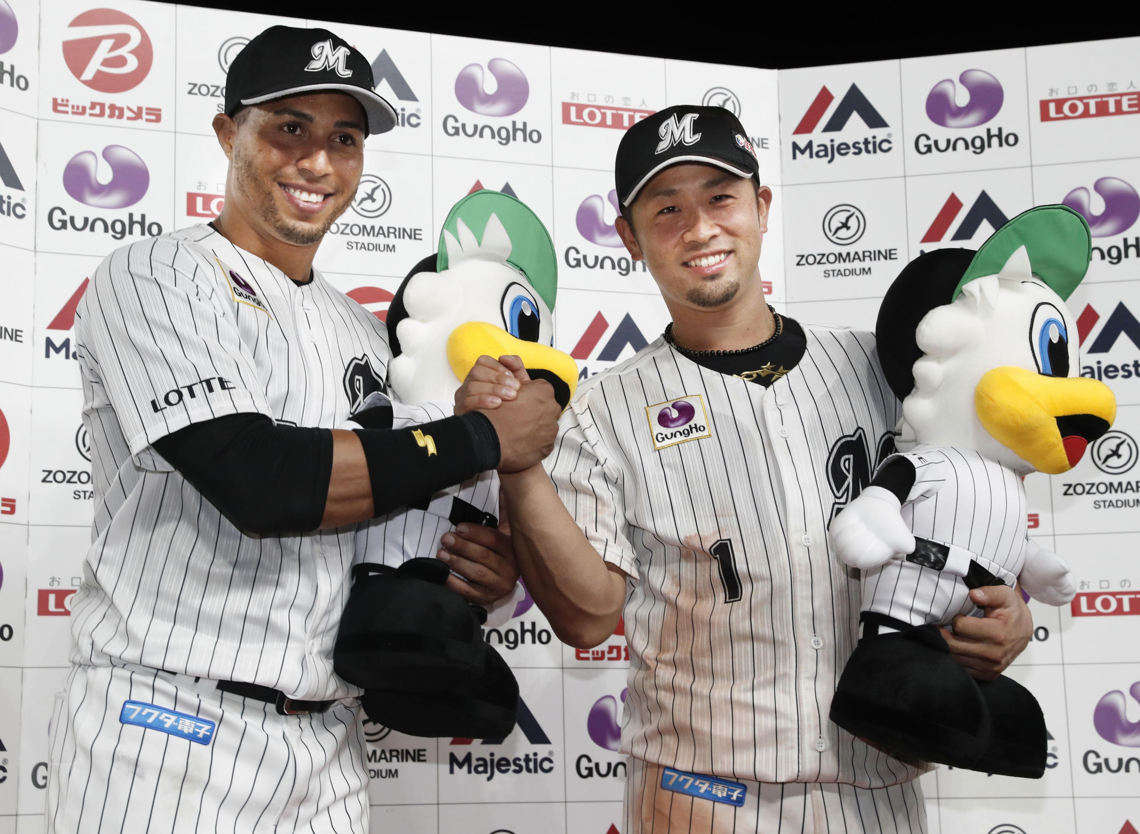 ロッテ―楽天13  楽天に競り勝ち、お立ち台で笑顔を見せるロッテのマーティン(左)と清田=ZOZOマリン