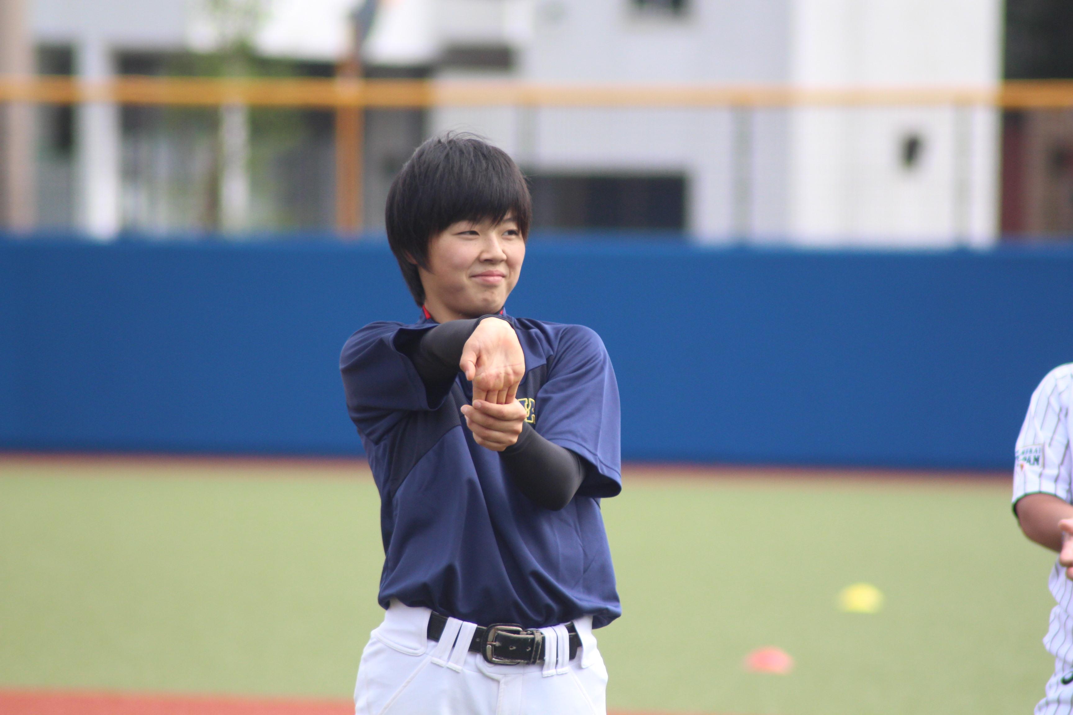 ストレッチをする時田怜奈投手
