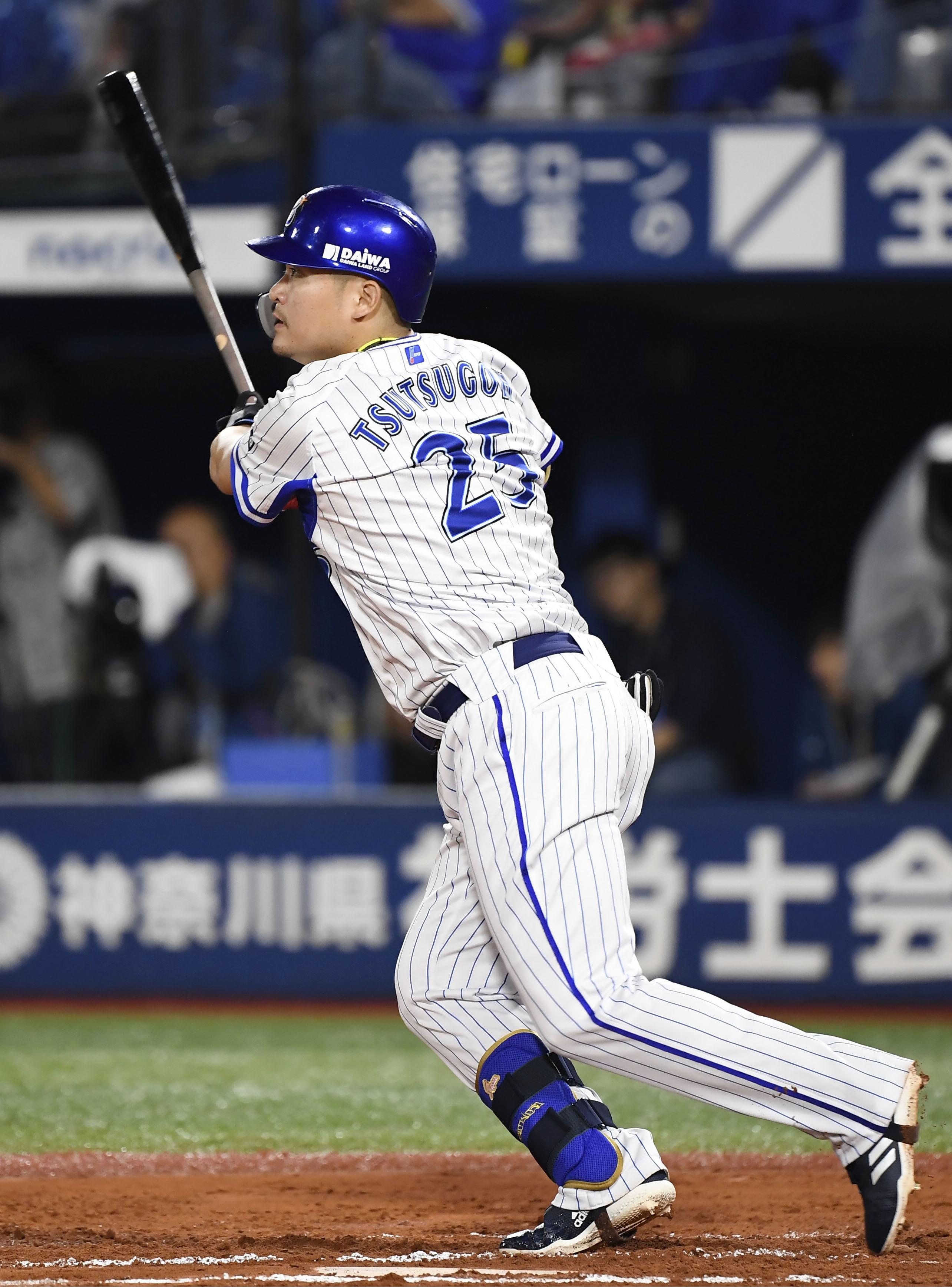 DeNA―広島14  6回DeNA無死、筒香が中越えに二塁打を放つ=横浜
