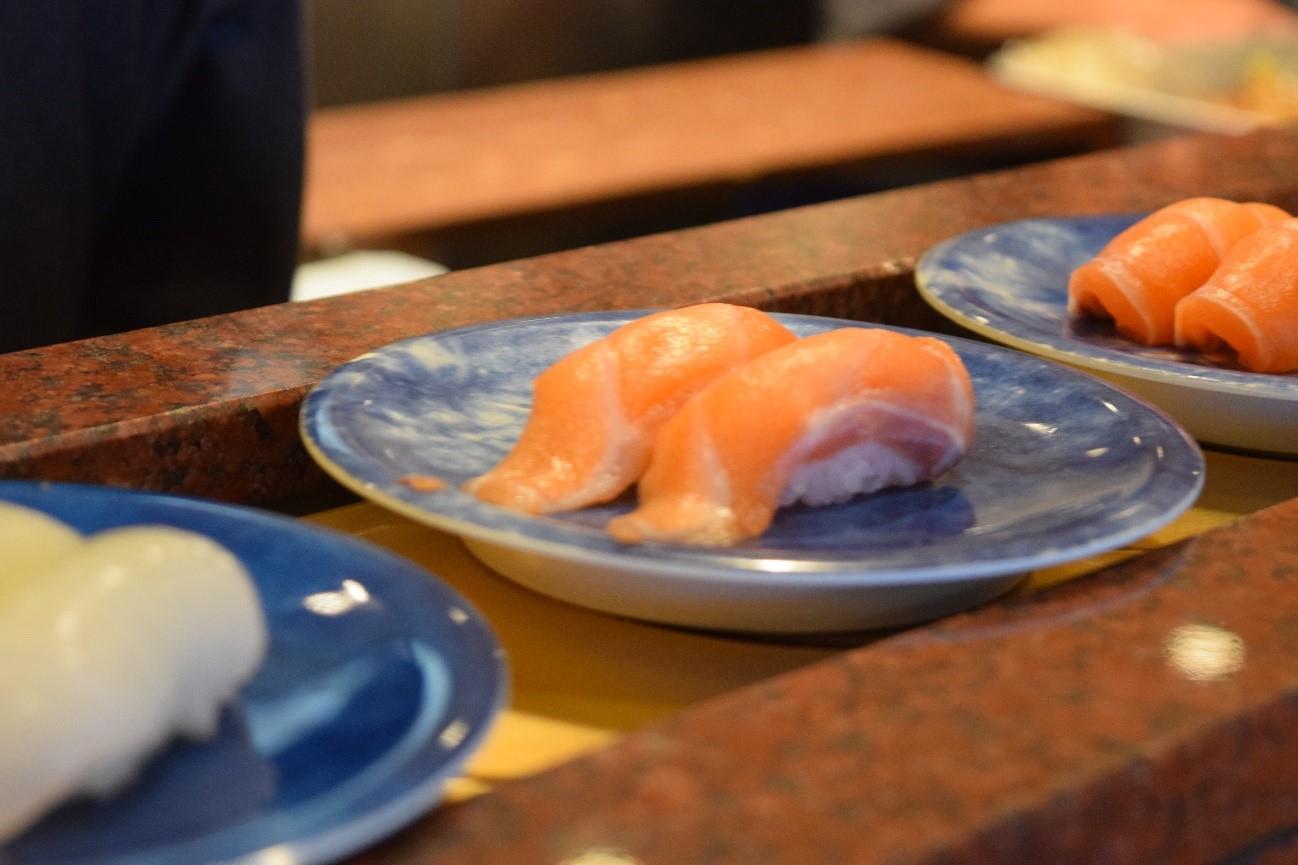 【画像:実際に回ってくるお寿司に食欲がそそられる】