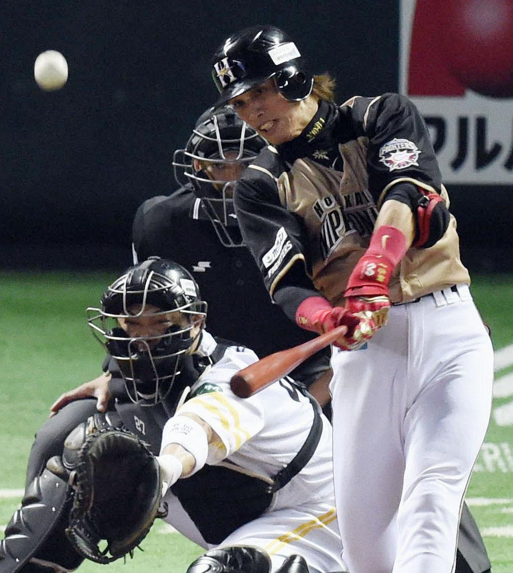 ソフトB―日本ハム第3戦  2回日本ハム2死二、三塁、陽岱鋼が中越えに2打席連続本塁打となる3点本塁打を放つ。捕手細川=ヤフオクドーム