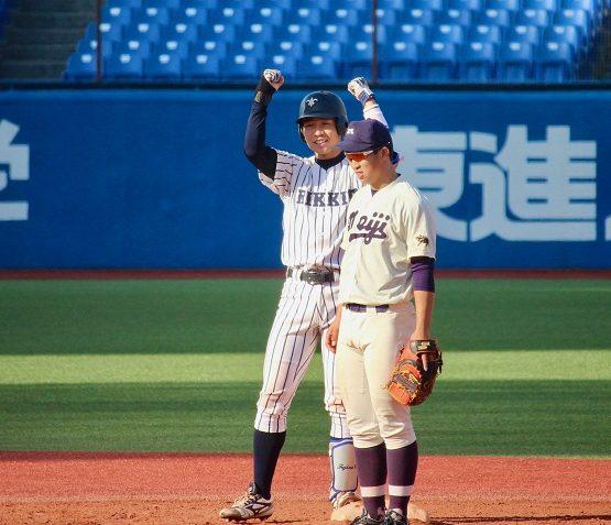 5回裏、相手を突き放す2点タイムリー2塁打を放った藤野が2塁ベース上でガッツポーズ