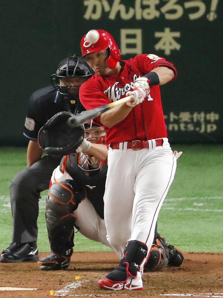 巨人―広島25  4回広島2死、鈴木が左越えに先制本塁打を放つ。捕手炭谷=東京ドーム