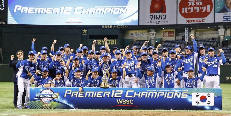 「プレミア12」 米国―韓国  優勝を果たし、記念撮影する韓国ナイン=東京ドーム