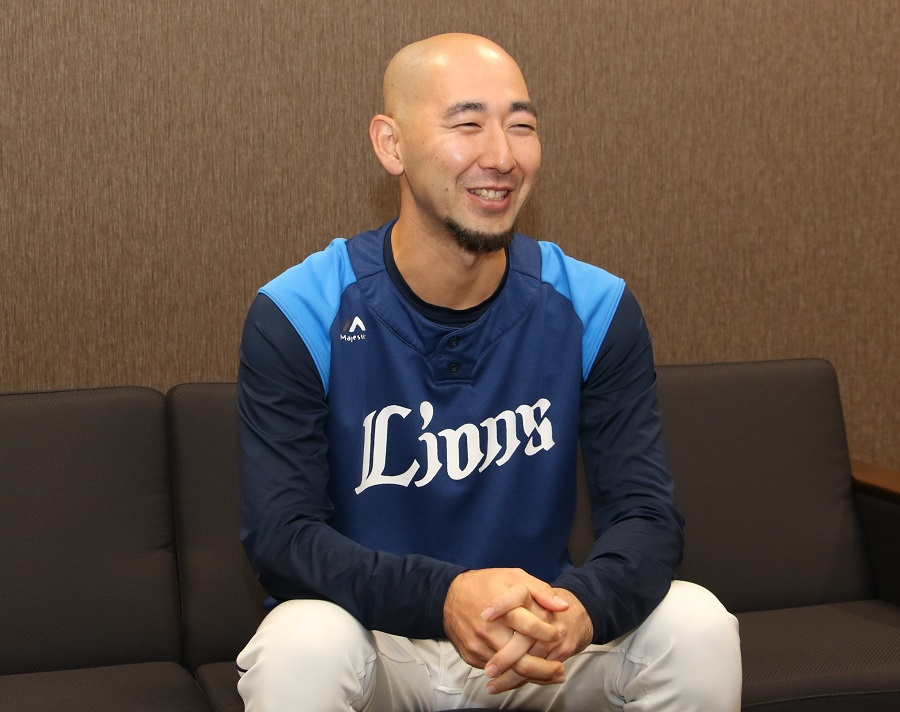 埼玉西武ライオンズで球団スタッフとして活躍する木幡翔氏が笑顔でインタビューに答えている所