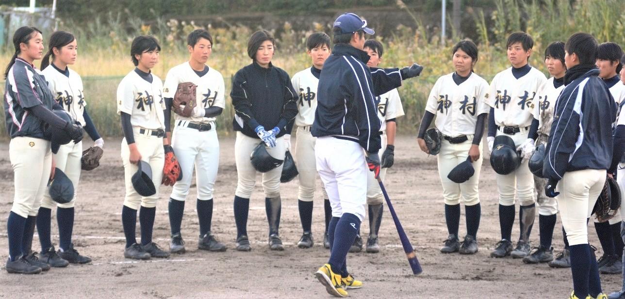 【練習中にミーティングを開く神村学園の選手たち】