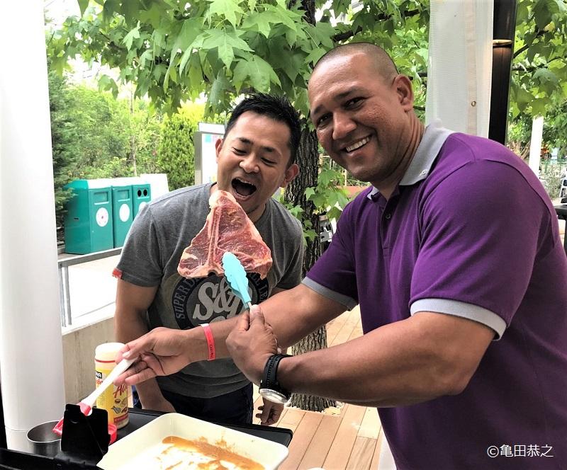 亀田さんとラミレス氏が焼肉を食べている所